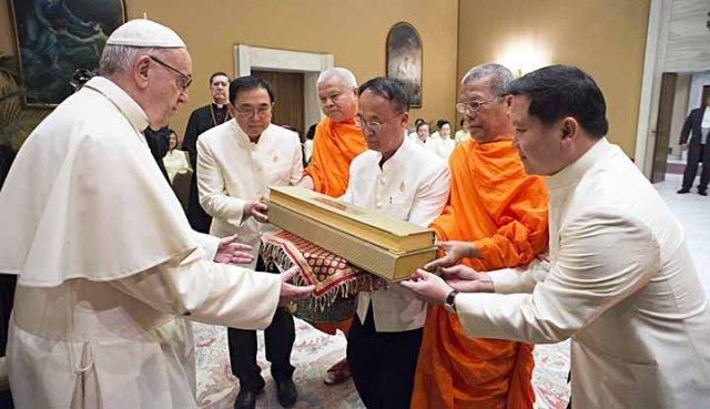 Pope-va-tang-pham.jpg